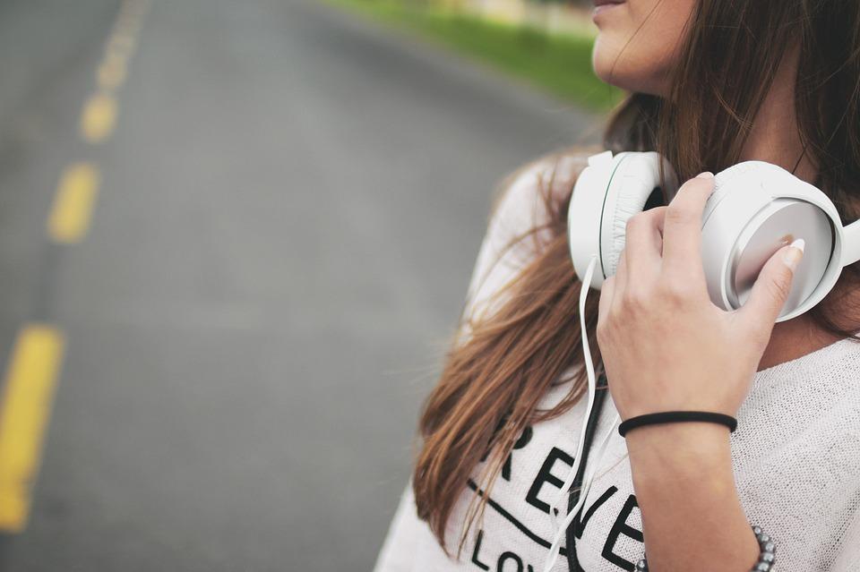 Les écouteurs, des accessoires incontournables qui ont évolué avec le temps